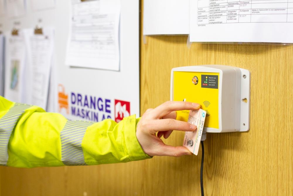 HMS kort scannes på byggeplass via SmartDok byggekortleser