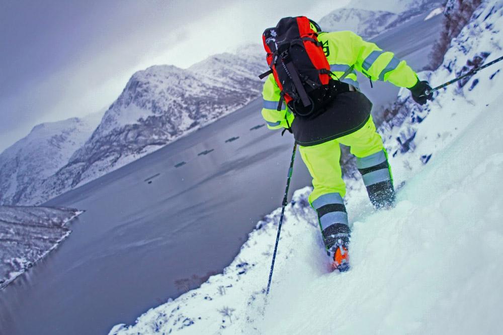 Skiløper på vei ned fjellet