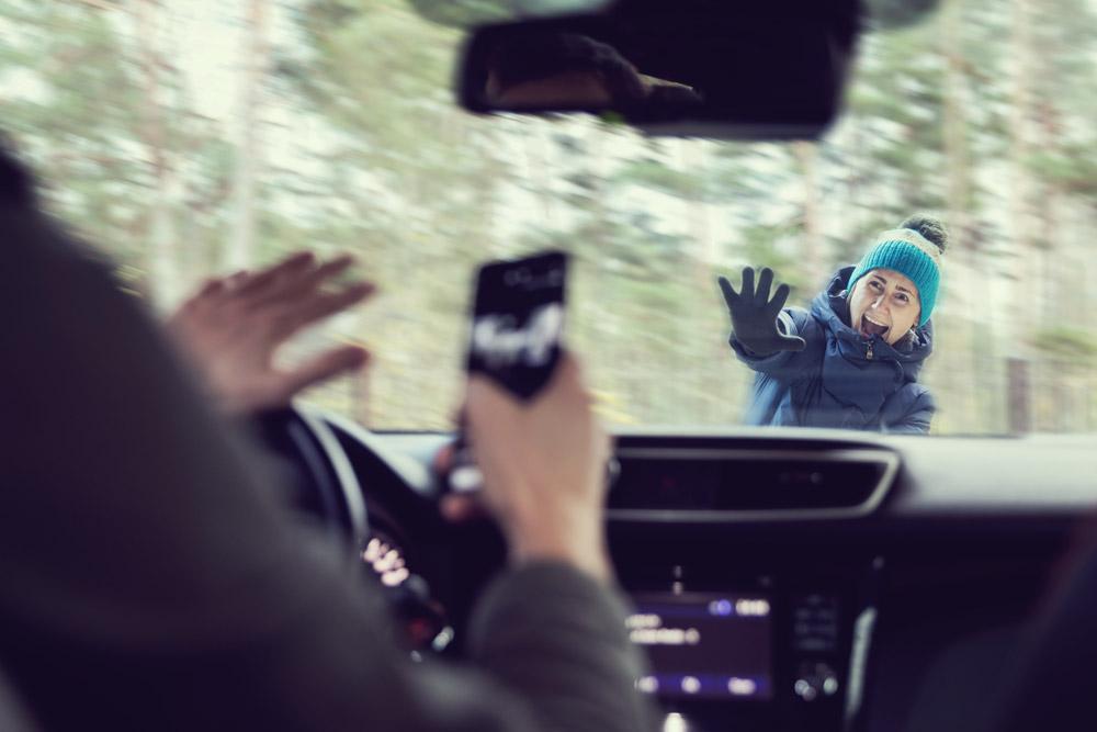 Det er forbudt å bruke håndholdt mobil når du kjører bil