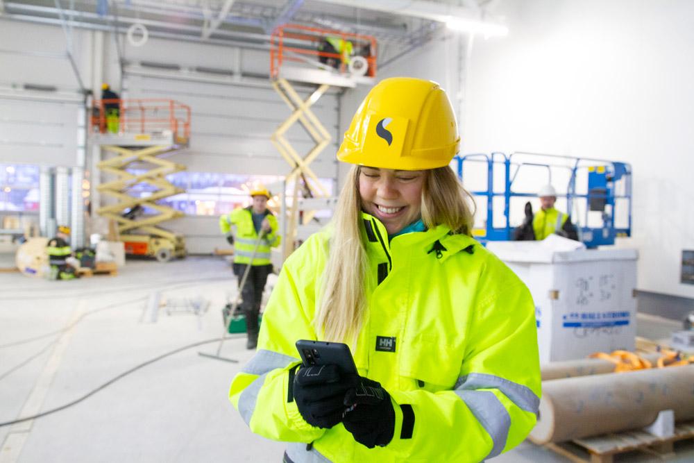 Arbeider finner frem rutinene for arbeid i høyden via mobil
