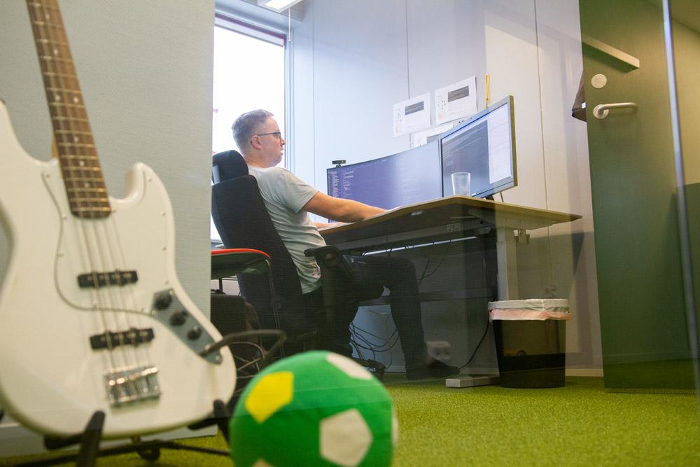 Utvikler Robin Pedersen spiller bass på nivå med Flea og programmerer på nivå med Sid Meier.